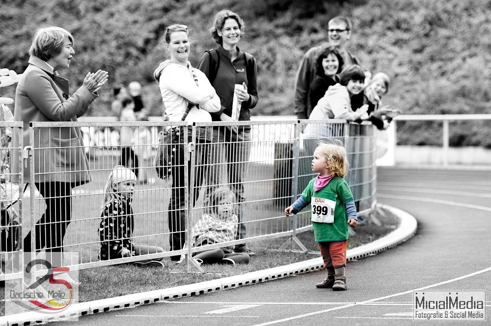 (c) Michael M. Roth, MicialMedia | Knapp 2-jähriges Mädel = Läuferin der Herzen