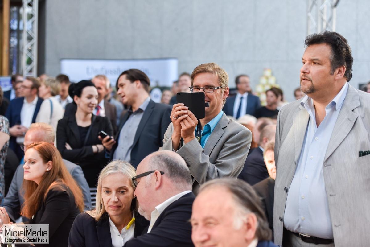 Thorsten Ulmer bei Arbeit sowie Christiane Riedel und Peter Weibel vom ZKM und Martin Wacker / KA300 sitzend
