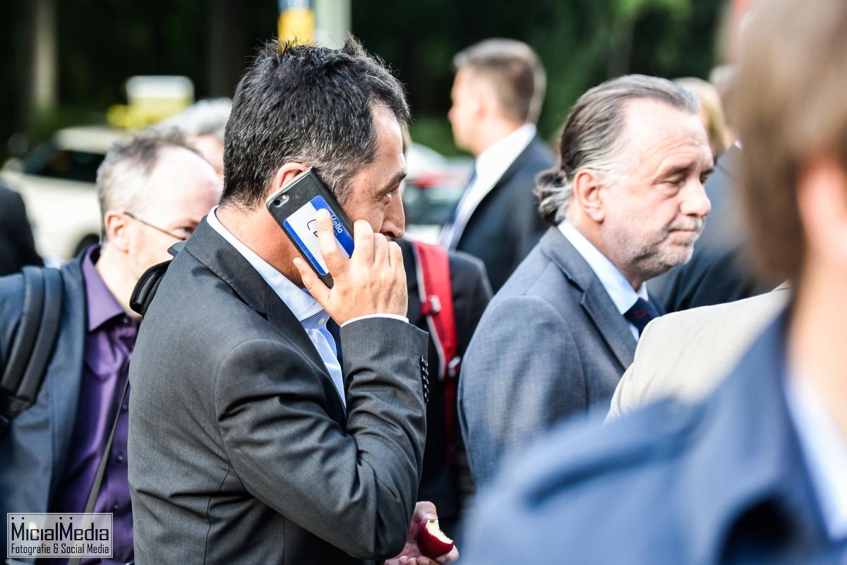 Cem Özdemir im Profil und natürlich telefonierend, wie es sich für einen prominenten Politiker gehört!