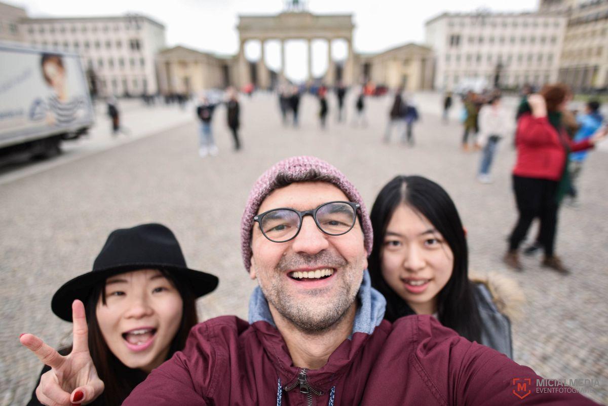 Am Brandenburger Tor mit den Zufallsbekanntschaften Rebecca u. Karen