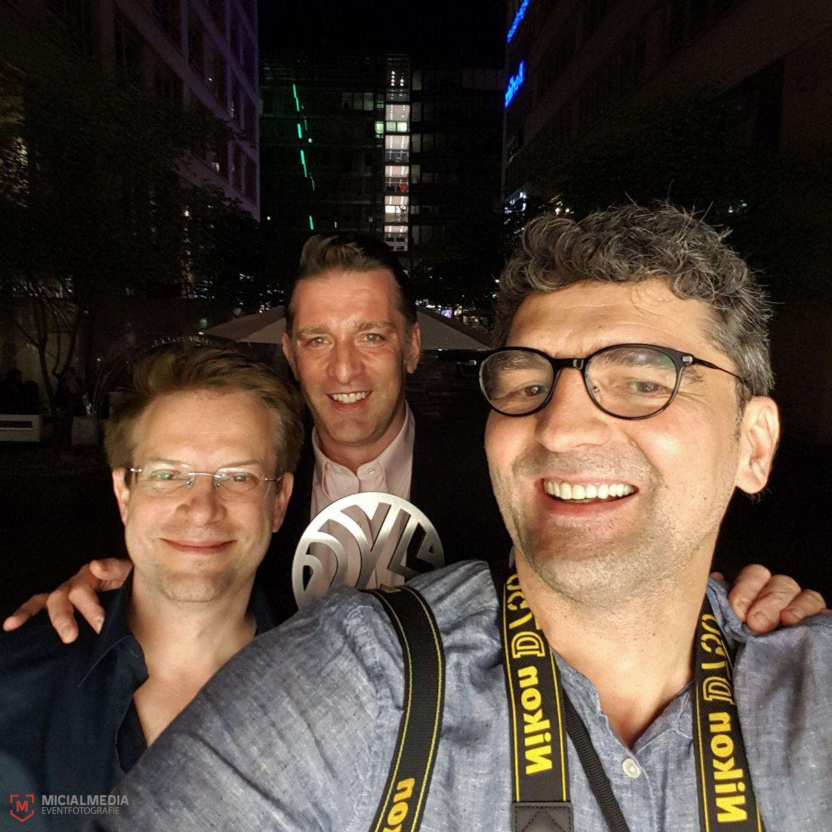 Video Art Award Gewinner & Kurator: Vadim Schäffler (li.) und Leo Kuelbs (Mi.) und der (ebenso) glückliche Fotograf :-) (Selfie)
