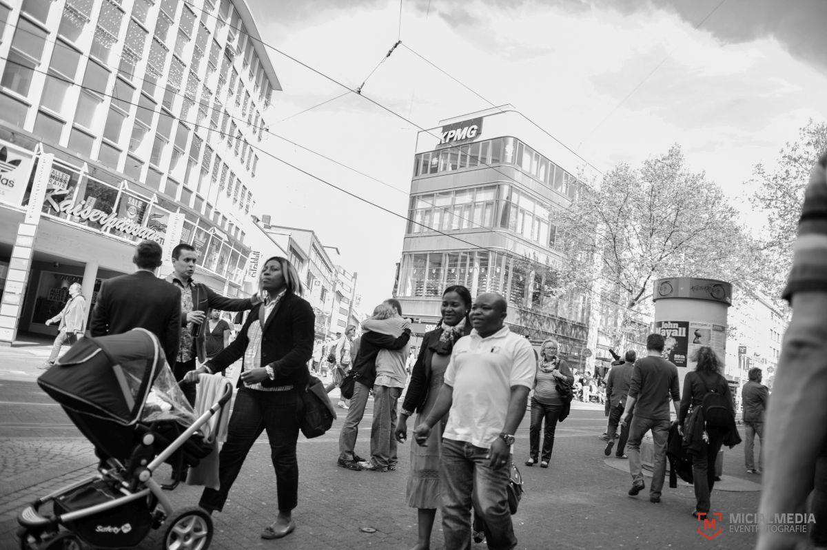 Straßenfotografie in Karlsruhe. Das Motiv steht symbolisch für Liebe und herzlicher Begegnung | Foto: MicialMedia